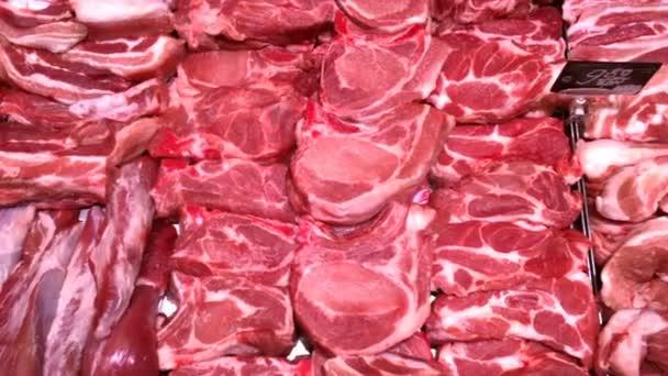 Verschiedene saftige und qualitativ hochwertige rohe Fleisch auf der Theke zum Verkauf in Metzgereien. Gehacktes Fleisch auf Lager. Lebensmittel-Hintergrund. Selektiver weicher Fokus. Nahaufnahme.