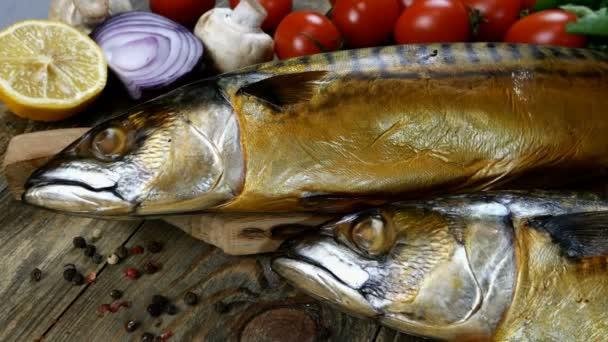 Finom füstölt hal makréla egy fa asztalon mellett a cseresznye paradicsom, hagyma, gomba és petrezselyem. Egészséges mediterrán ételrecept. Közelkép.
