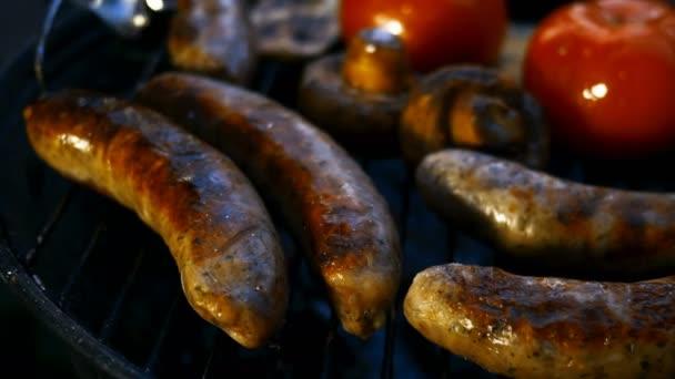 Sütő zsíros bajor kolbászok főtt grill vagy grill rács. Zöldségparadicsommal és gombával. Közelkép.
