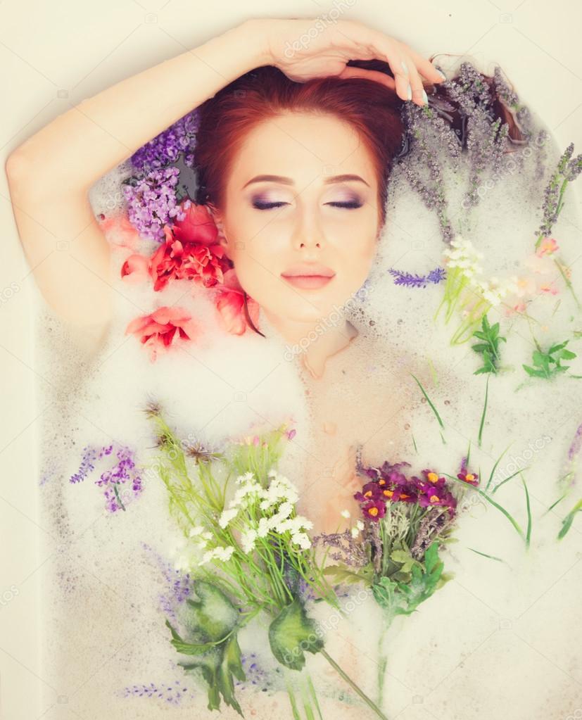 Женщина в ванной девушки