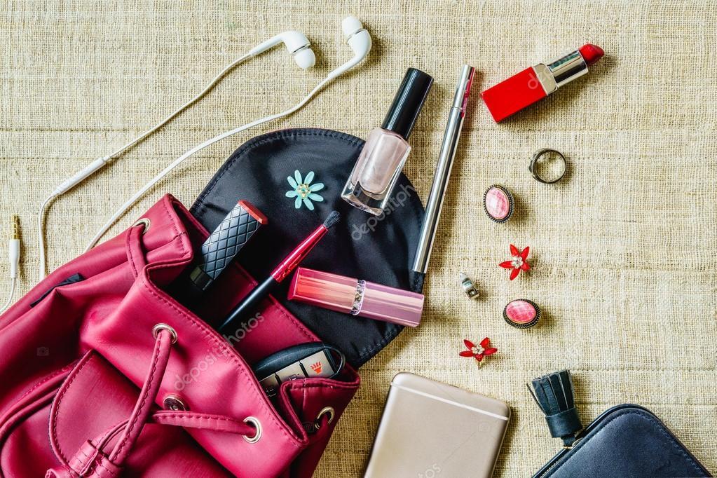 aa9bd1845343 Вид сверху женщин сумки вещи женские косметические аксессуары– Стоковое  изображение