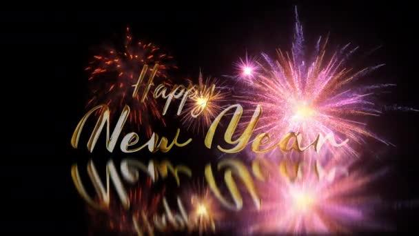 Šťastný Nový rok zlatý světelný efekt text s mnoha explodující barevné ohňostroje ve slavnostní události úžasné na černém pozadí a podlahové odraz na oslavu Nového roku, svátek a festivalové sezóny.