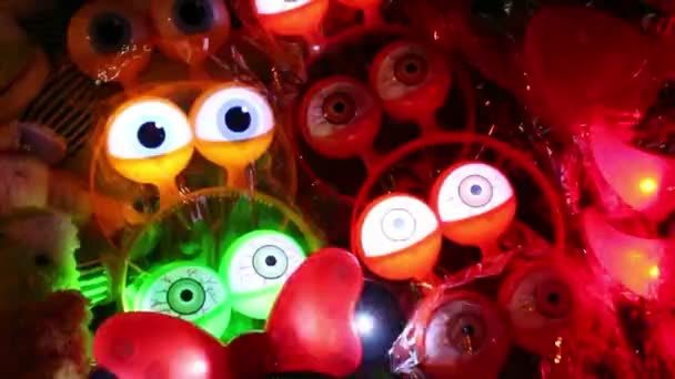 Thajsko, červenec 2016: barevné blikající hračky v noci v Asii - zářící oči