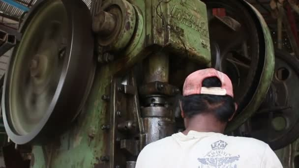 15. mai 2016 - battambang, kambodscha: metallbearbeitende maschinenwerkstatt mit riesiger metallprägemaschine mit arbeiter