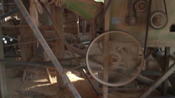 MCU boční pohled rýže frézovací stroje při práci v asijské krajiny