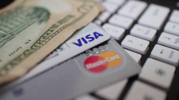 elektronický obchod makro Dolly podél klávesnice počítače s hotovosti a kreditní karty