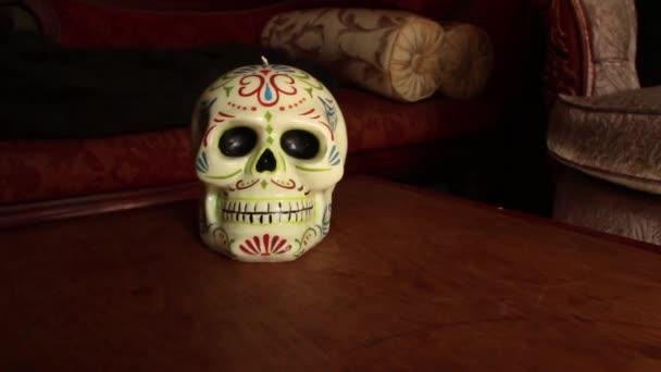 Dolly Move With Skull: Dolly in Schädel in leichtem Bogen, halten und weiter
