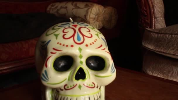Candela di cera decorativa di teschio messicano - carrello della macchina fotografica nel cranio