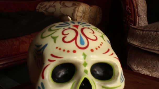 Cera decorativa cranio - carrello della macchina fotografica si muove in e sopra il cranio