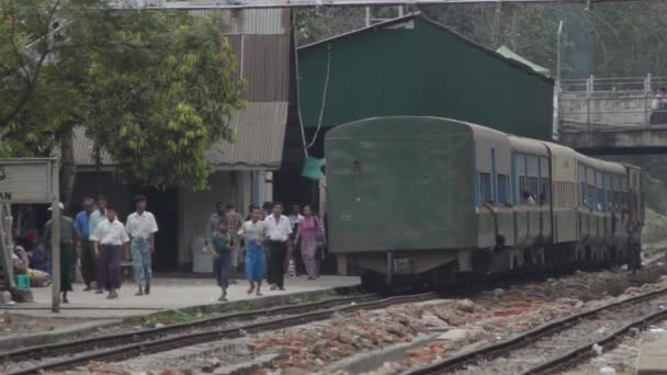 TRAIN - LOCOMOTIVE: Old train departs and passengers walk along platform