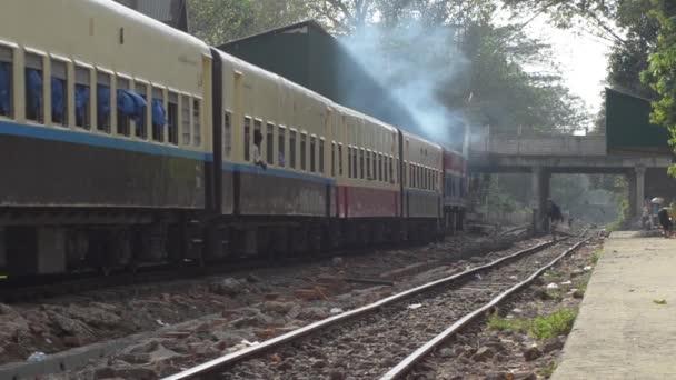 Személyszállító vonat: Vonat fejjel lefelé halad felé aluljáró