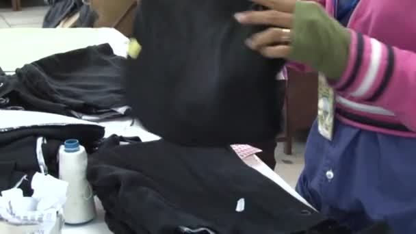 Textilní továrna oděv: Ženský oděv pracovníků řazení dokončil oděvy