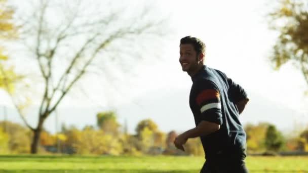 Pareja Jugando Con El Futbol En El Parque Video De Stock