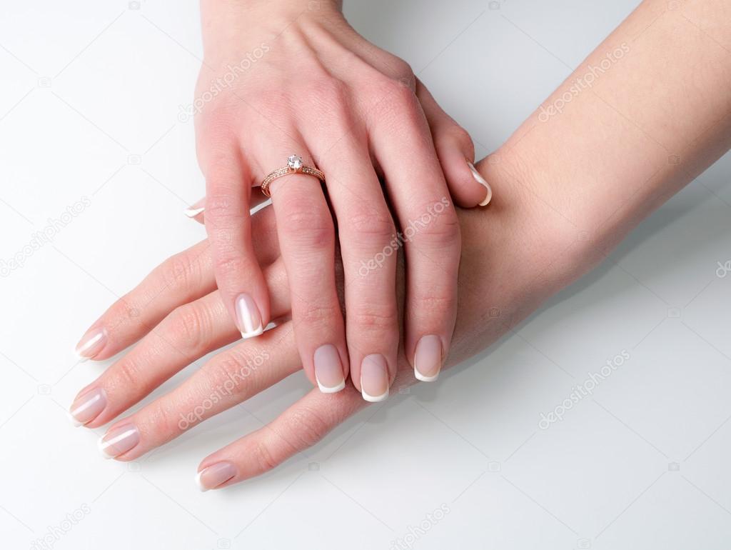 Manos de mujer con anillo de compromiso en blanco — Fotos de Stock ...
