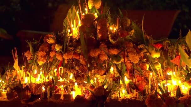 Buddha buddhista templom nap. Emberek meg a gyertyákat, virágokat és füstölők. Wat Nakha Ram, Phuket, Thaiföld. Lassú mozgás