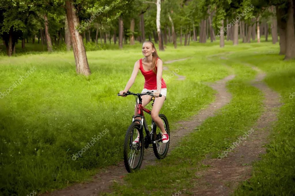 9039bd52f4e5b Menina bonita, andar de bicicleta em trilhas — Fotografias de Stock ...