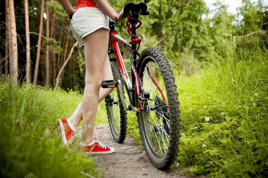 77c165ba93e90 Ciclista de mulher na trilha da floresta — Fotografias de Stock ...