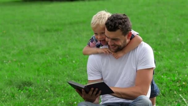 Apa és fia olvasó könyv park