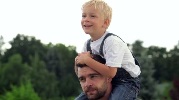 Boldog apa és fia baba, a nyakán