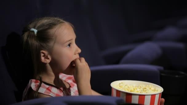 schöne kleine Mädchen waching Film im Kino