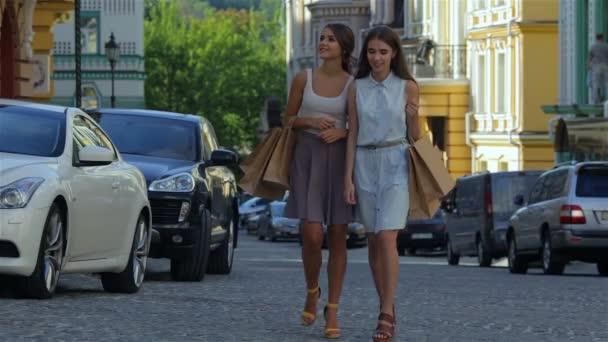 Lányok, bevásárló táskák, és sétára