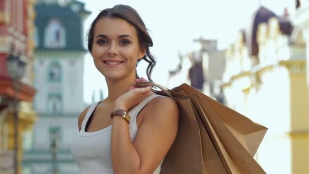 Gyönyörű lányok sétálni az utcán