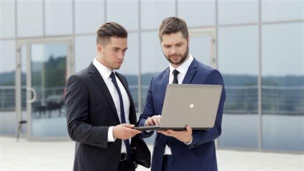 Használ egy laptop, amely az ülés során partnerek