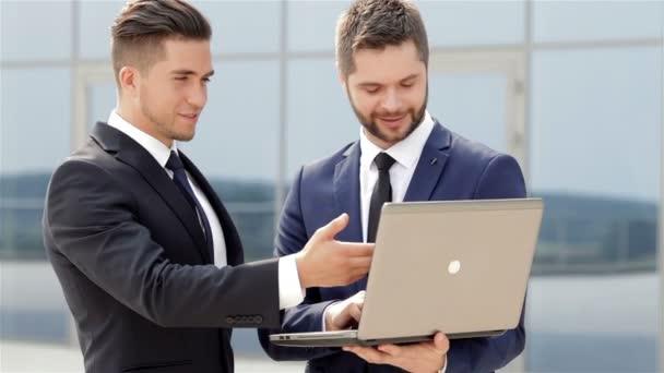 Üzleti partnerek használ egy laptop, amely az ülés során