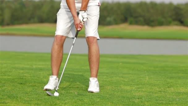 Golfspieler, die machen einen putt