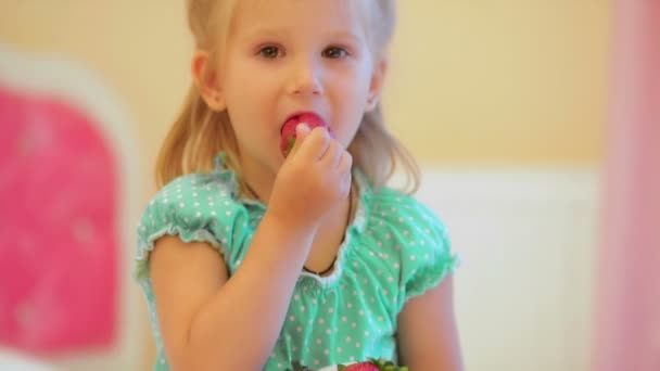 Rozkošná holčička jíst jahody