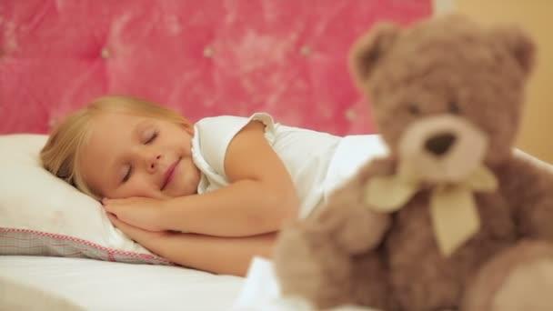 a kislány aludt az ágyban