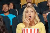 junges Mädchen schaut mit Bewunderung einen Film