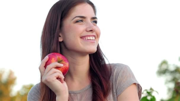 Portrét smějící se krásná dívka s jablkem