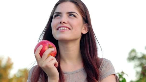 Portrét krásné dívky, usmívající se zblízka s apple