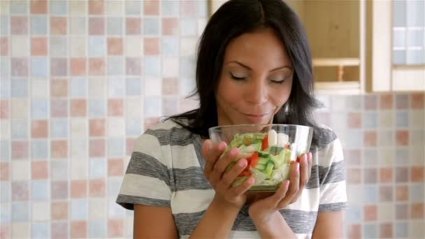 Hausfrau in der Küche mit Salat