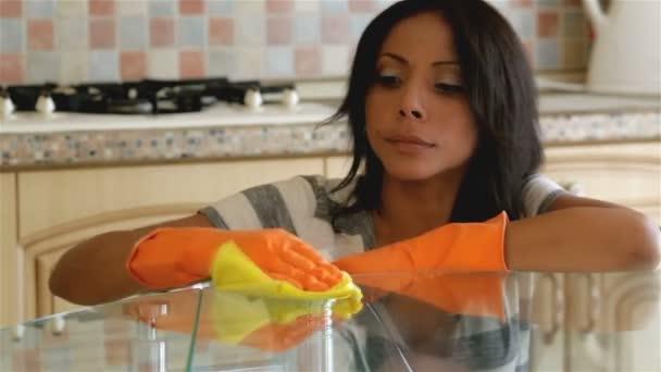 Hausfrau putzt Tisch in der Küche