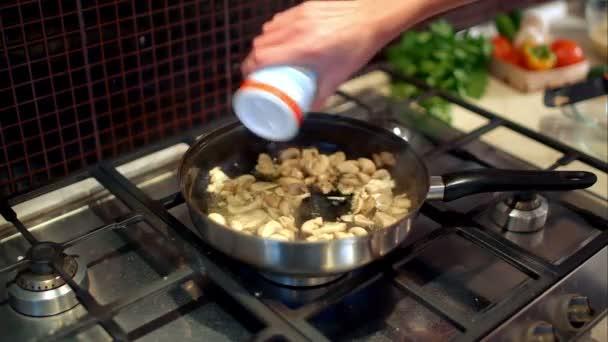 Ama De Casa Cocinando Setas En La Sarténu2013 Metraje De Stock