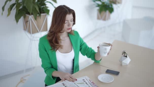 Atraktivní dívka na přestávky na kávu v kavárně