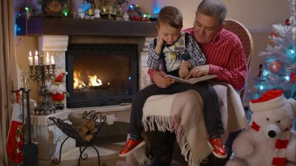 Großvater und Enkel, ein Buch zu lesen