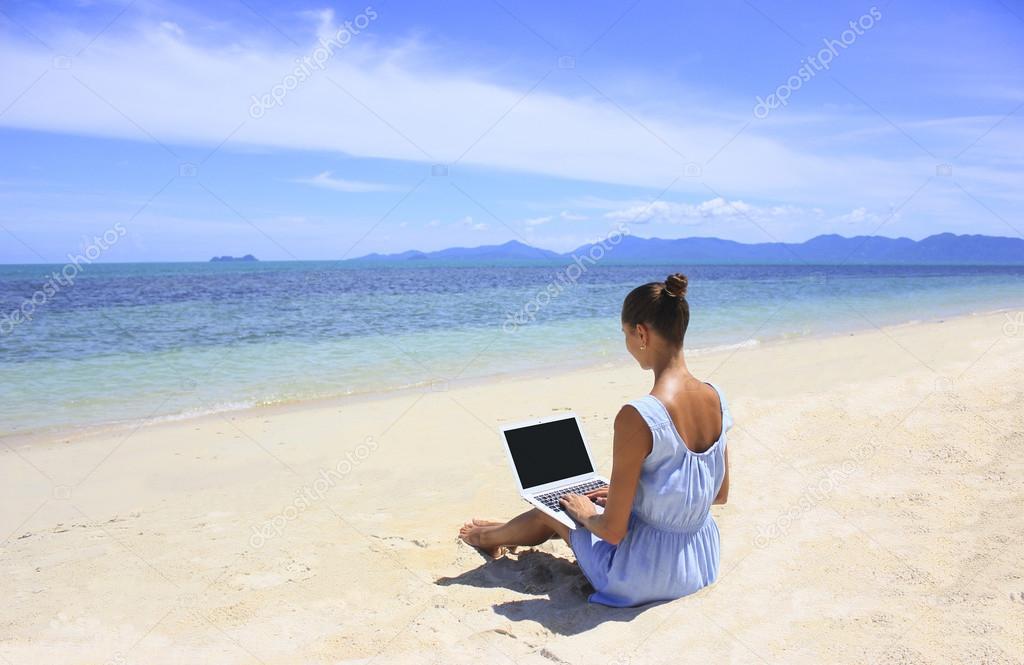 17f0ba227850 Bussines Frau am Strand mit einem Laptop arbeiten — Stockfoto ...