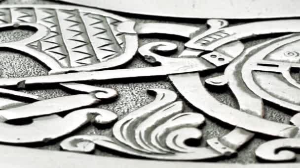 Posouvání nad viking řezbářství zobrazující vlk nebo draka, nízká hloubka ostrosti