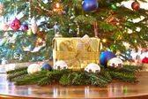 Photo Golden christmas present and baubles, Christmas tree