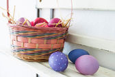 Fotografie eggs on a shelf in a basket