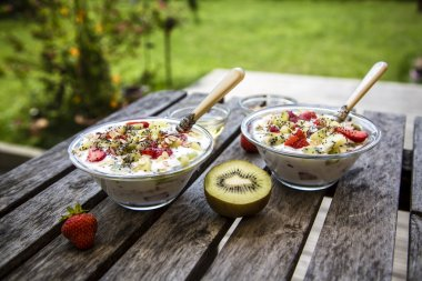 Strawberry kiwi yogurt with granola