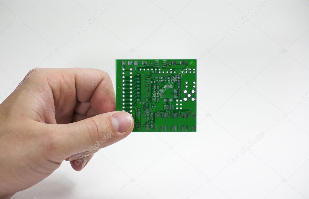 Mano humana sosteniendo una placa de circuito impreso en los dedos ...