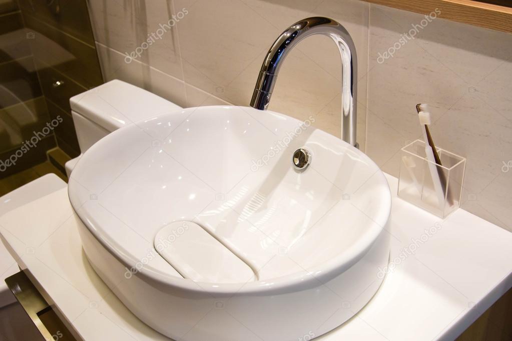 Spazzolino da denti e lavandino con acqua pulita u foto stock