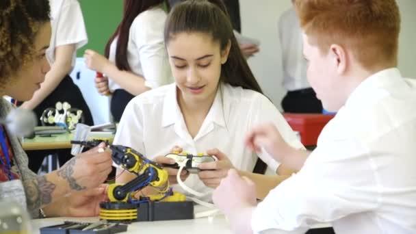 Studenti, budování robotické rameno