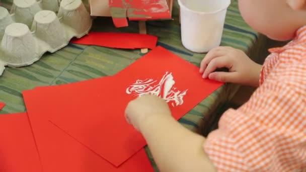 Malý chlapec lepení papíru