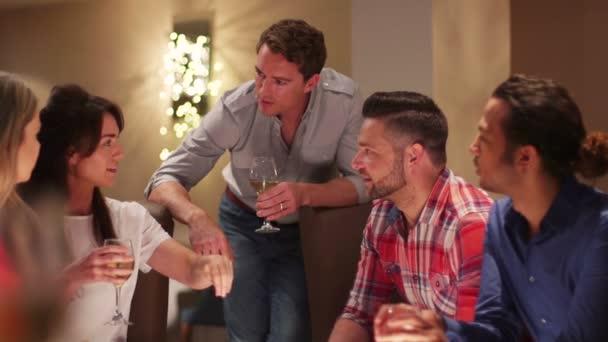 Přátel si vychutnávat Drink
