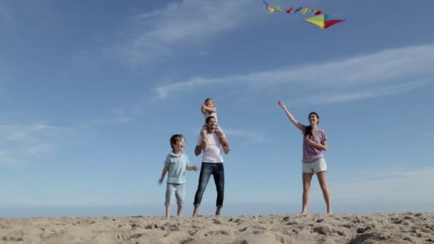 Rodina létání draka na pláži